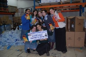 Midreshet Tehilla preparing care packages for soldiers in Gaza